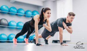 Fitnes Trening momak i devojka vezbaju