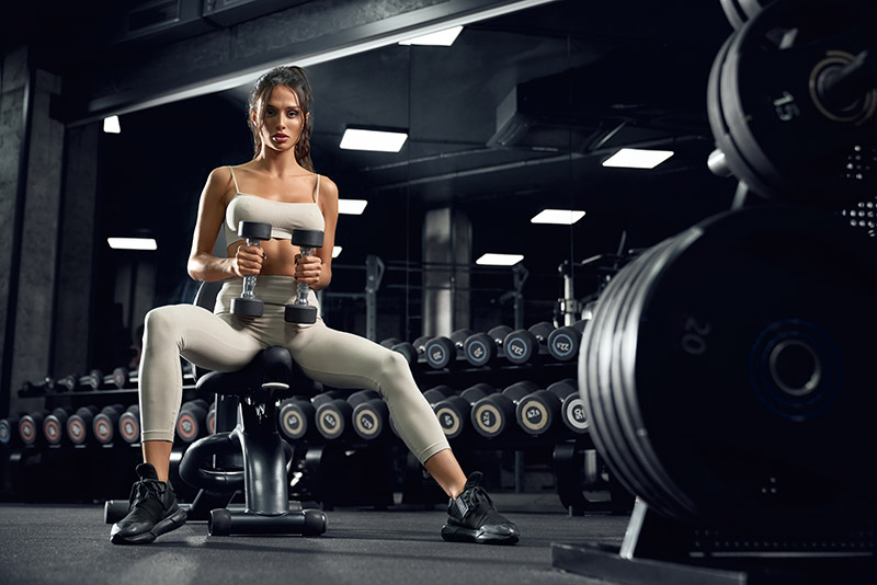 Izgradnja mišića devojka vežba