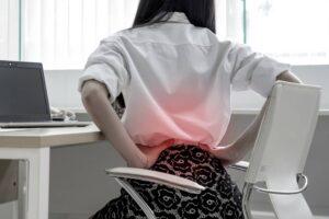 Bol u ledjima devojka na stolici